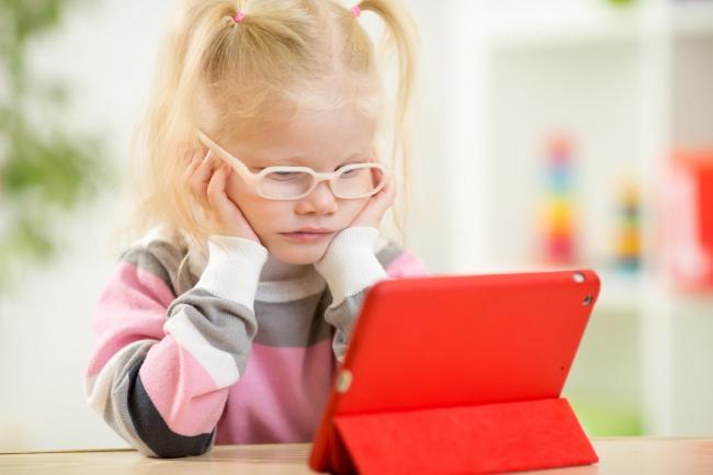 Hindari Menggunakan Gadget Berlebihan Terlebih Bagi Anak